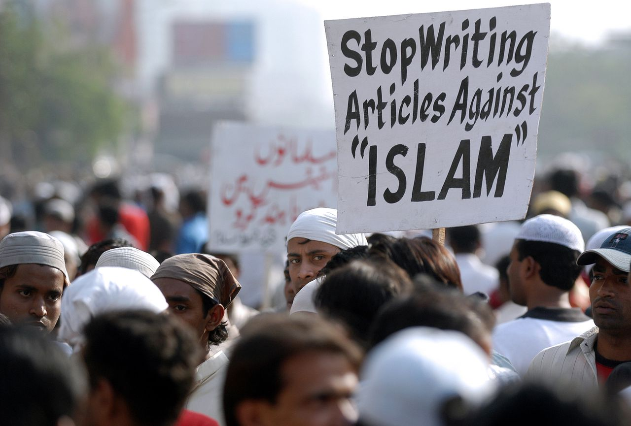 Demonstratie tegen de spotprenten in Calcutta. Foto Reuters Moslims Indian Muslim protestors shout slogans as they carry placards during a demonstration in Kolkata, 14 February 2006. Some ten thousand Muslims took part in the demonstration over cartoons depicting Prophet Mohammed published in European medias. The allegedly blasphemous cartoons have caused outrage throughout the Muslim world since they were first published in a Danish daily last September and then in other mainly Western newspapers. AFP PHOTO/Deshakalyan CHOWHDURY