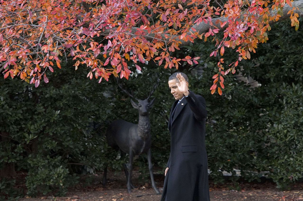 U.S. President Barack Obama waves as he walks to Marine One before departing on a day trip to North Carolina from the White House in Washington December 6, 2010. REUTERS/Joshua Roberts (UNITED STATES - Tags: POLITICS)