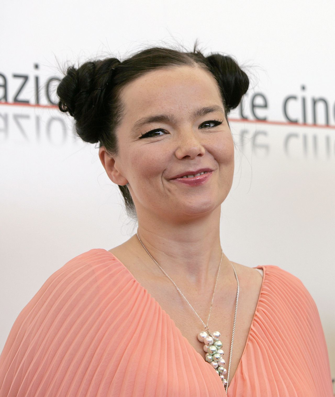 """BJÖRK: In faux-Frans hits nazingen foto AP Actress and singer Bjork of Iceland smiles as she poses for photocall part of her presentation of the movie """"Drawing Restrain 9"""" at the 62nd edition of Venice International Film Festival in Venice Lido 02 September 2005."""