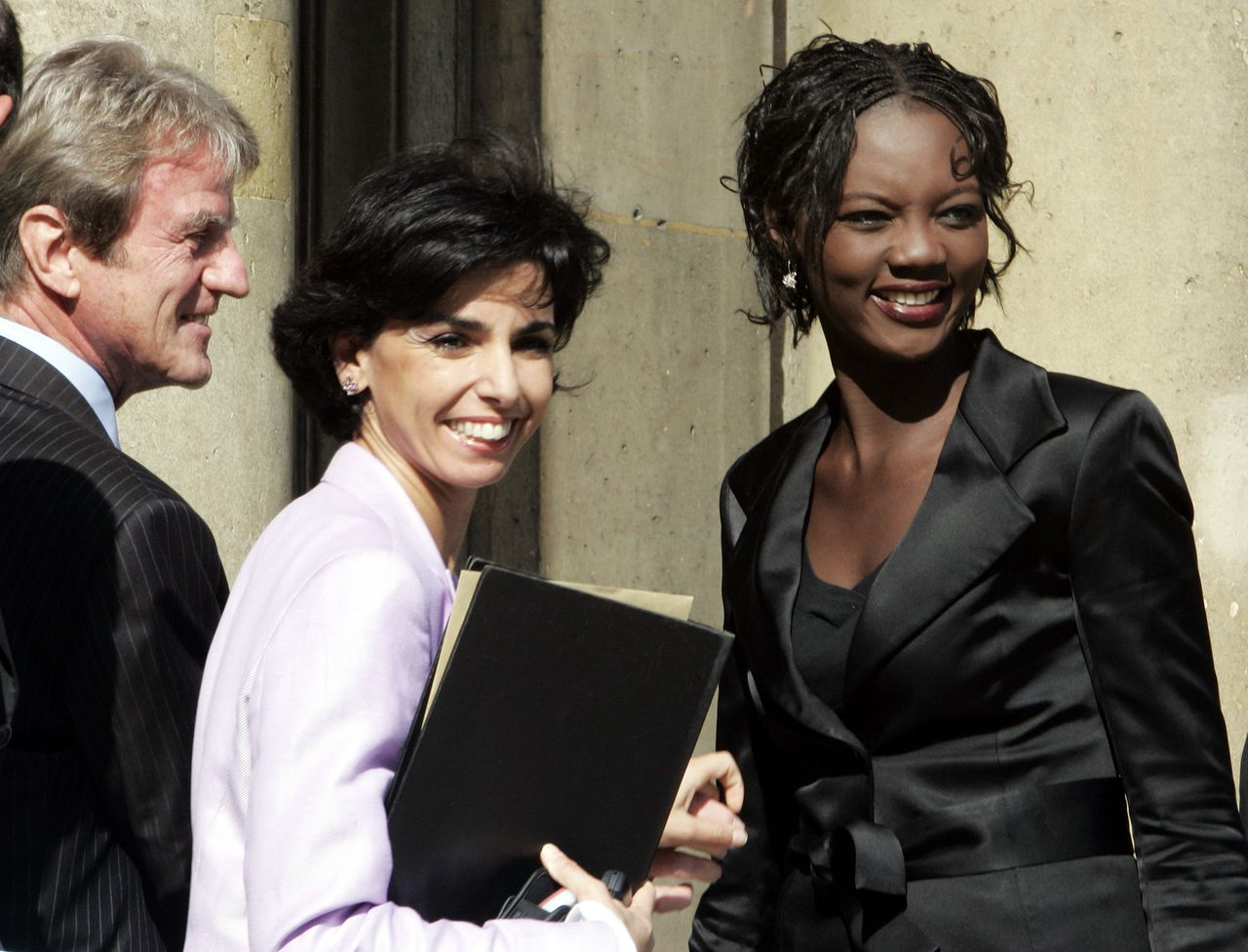 Staatssecretaris Rade Yade (rechts) vanochtend op het Elysée met Bernard Kouchner, minister van Buitenlandse Zaken en minister Dati van Justitie. Foto AP Newly named junior minister for Human Rights Senegalese-born Rama Yade, right, Justice Minister Rachida Dati, center, and Foreign Minister Bernard Kouchner arrive for the weekly cabinet meeting at the Elysee Palace in Paris, Wednesday, June 20, 2007 following a cabinet reshuffle. President Nicolas Sarkozy sent a strong signal to France's disaffected minorities by appointing an outspoken advocate of Muslim women and a woman of Senegalese origin to his government, among France's most diverse ever. (AP Photo/Michel Euler)