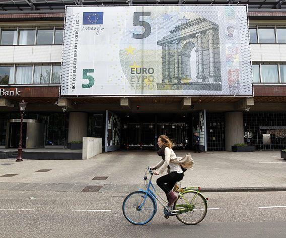 De gevel van De Nederlandsche Bank in Amsterdam, waar vorig jaar een groot 5 eurobiljet hing ter gelegenheid van het nieuwe biljet.