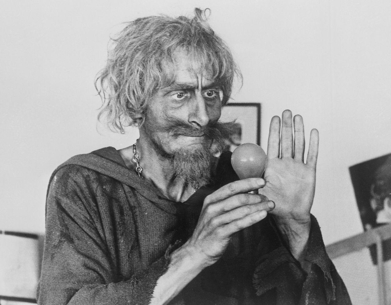 Geoffrey Bayldon in zijn rol als de tovenaar in de serie Catweazle.
