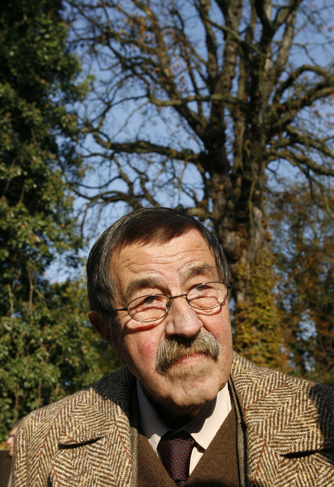 Novelist and Nobel Laureate in Literature Guenter Grass speaks to journalists in the garden of the museum 'Guenter Grass Haus' during a birthday reception for Grass in Luebeck October 27, 2007. Grass celebrated his 80th birthday on October 16, 2007. REUTERS/Christian Charisius (GERMANY)