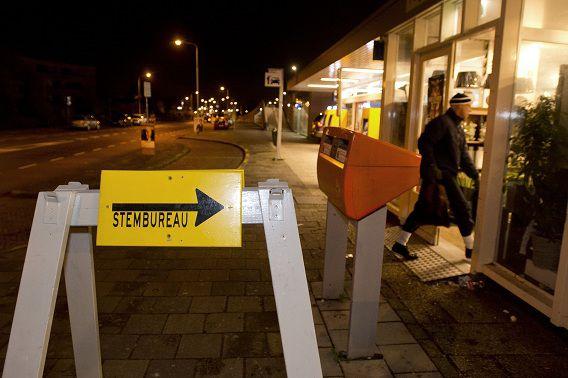 Het stembureau in een bloemenwinkel op het station van Castricum is al om 05.00 uur open.