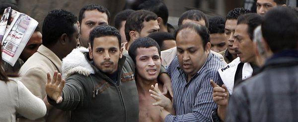 Anti-regeringsdemonstranten gistermiddag op het Tahrir plein in de binnenstad van Kairo.