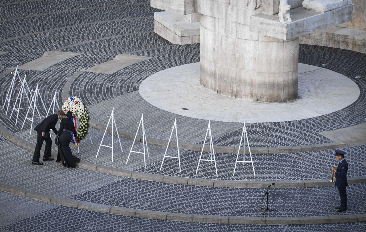 Koning Willem-Alexander en koningin Maxima leggen een krans tijdens de Nationale Dodenherdenking op de Dam.