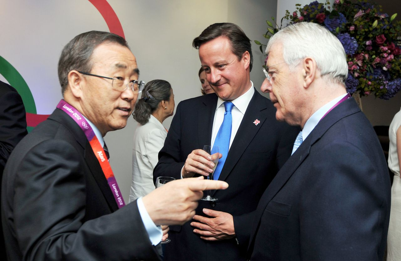 British Prime Minister David Cameron (C), UN Secretary General Ban Ki Moon (L) and former British Prime Minister Sir John Major before attending the opening ceremony of the Olympic Games 2012 at the Olympic Stadium, in London, on July 27, 2012. AFP PHOTO / JOHN STILLWELL
