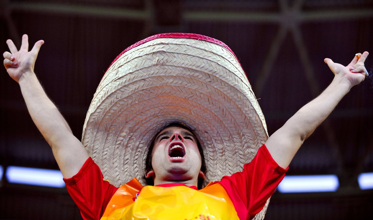 Supporter voor Spanje Spaanse supporter A Spain supporter wearing a sombrero gestures and cheers before the start of the Euro 2008 championships semi-final football match Russia vs. Spain on June 26, 2008 at Ernst-Happel stadium in Vienna, Austria. AFP PHOTO / FRANCK FIFE -- MOBILE SERVICES OUT --