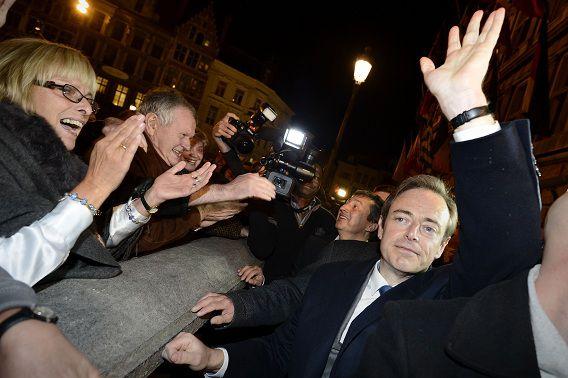 Bart de Wever groet zijn aanhangers. Zijn partij heeft grote winst behaald bij de lokale verkiezingen vandaag.