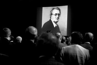 AMSTERDAM - Een portret van Gerrit Komrij in de zaal waar hij in juli 2012, in Felix Meritus, werd herdacht.