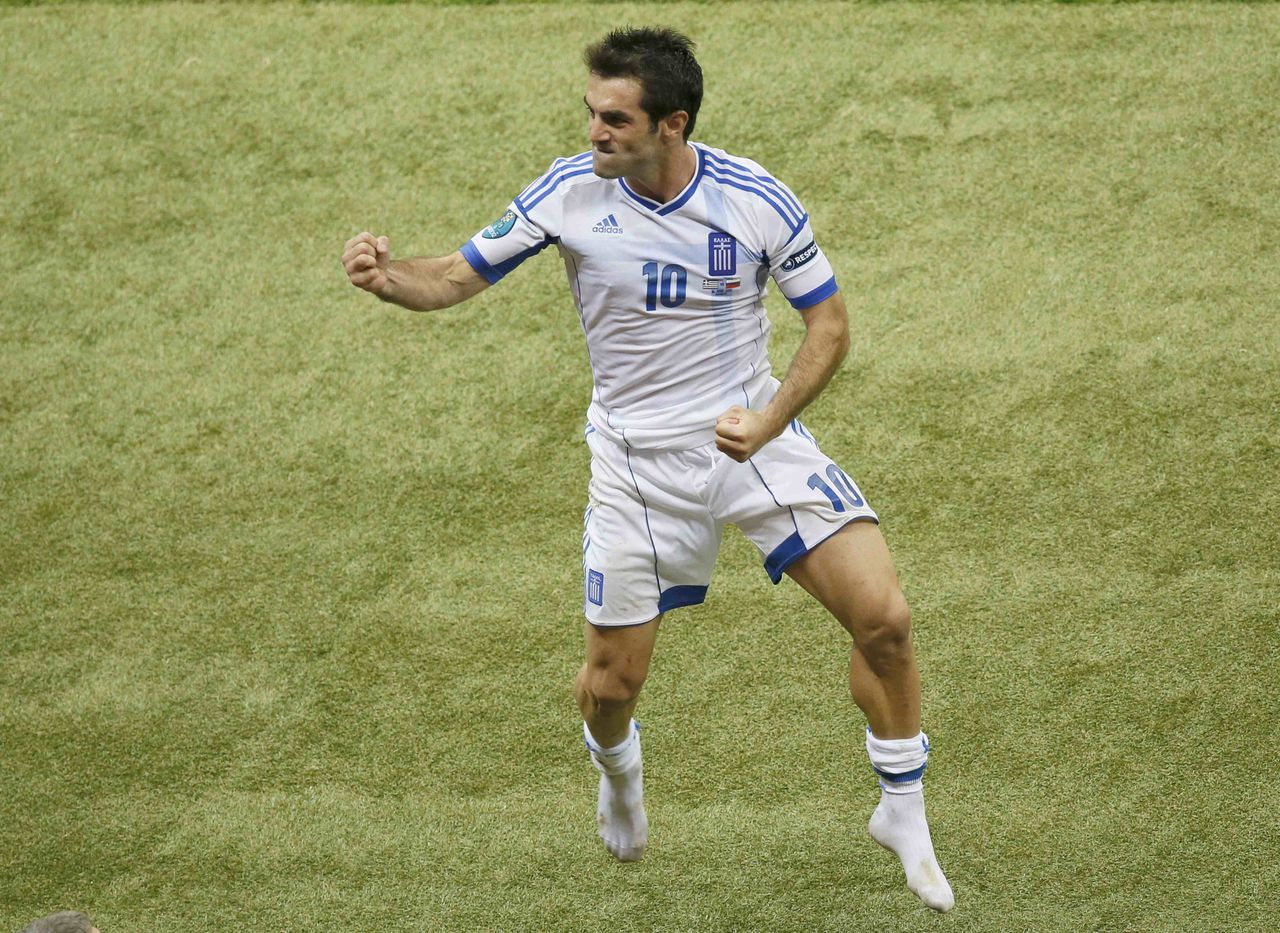Greece's Giorgos Karagounis celebrates victory against Russia after their Group A Euro 2012 soccer match at the National stadium in Warsaw, June 16, 2012. REUTERS/Leonhard Foeger (POLAND - Tags: SPORT SOCCER)