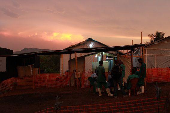 Lokale medewerkers en artsen bij een quarantainecentrum van Médecins Sans Frontières in Guekedou, Guinee.