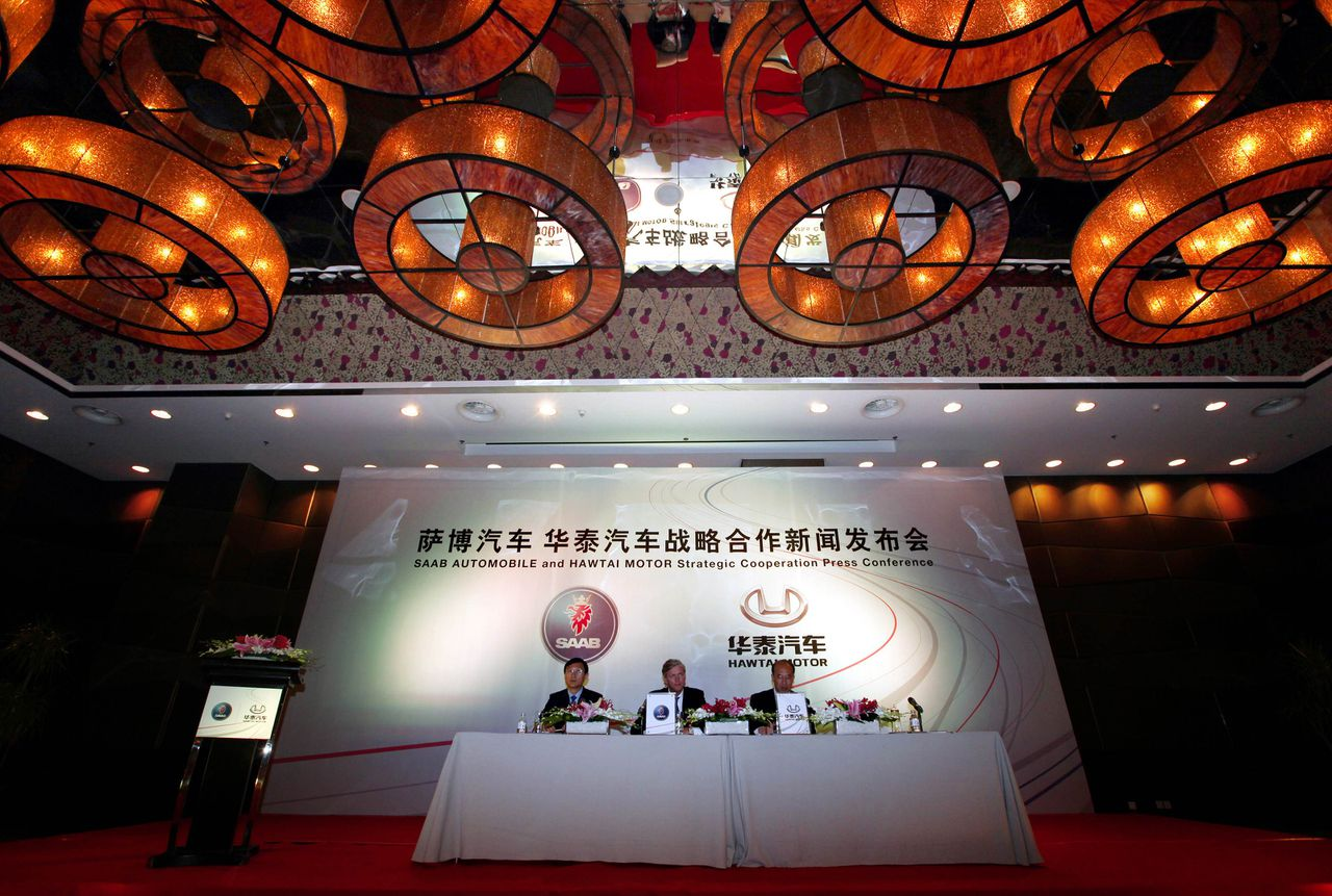 Victor Muller (C), Spyker Chief Executive and Chairman of Saab Automobile, and Zhang Ruijun (R), Vice-President of the Hawtai Motor Group, and an interpreter answer questions during a media conference in Beijing May 3, 2011. Spyker Cars announced on Tuesday that China's Hawtai Motor Group would invest 150 million euros in the Dutch firm's ailing Swedish brand Saab in return for shares, enabling Saab to pay bills and resume production. The deal is the second time that a Chinese company has helped to bail out a Swedish carmaker. REUTERS/David Gray (CHINA - Tags: TRANSPORT BUSINESS)