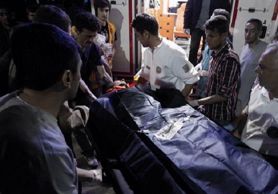 Een gewonde mijnwerker wordt het ziekenhuis van Soma ingedragen. Foto: Reuters / Osmal Orsal.