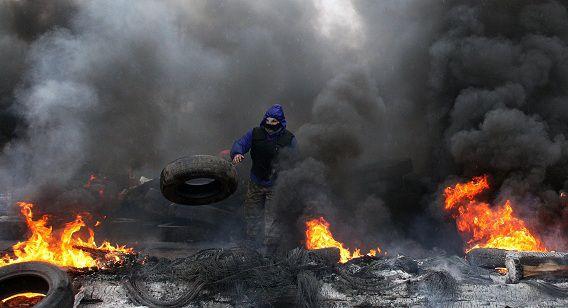 Een pro-Russische demonstrant verbrandt banden in de buitenwijken van de oostelijke stad Slavjansk.