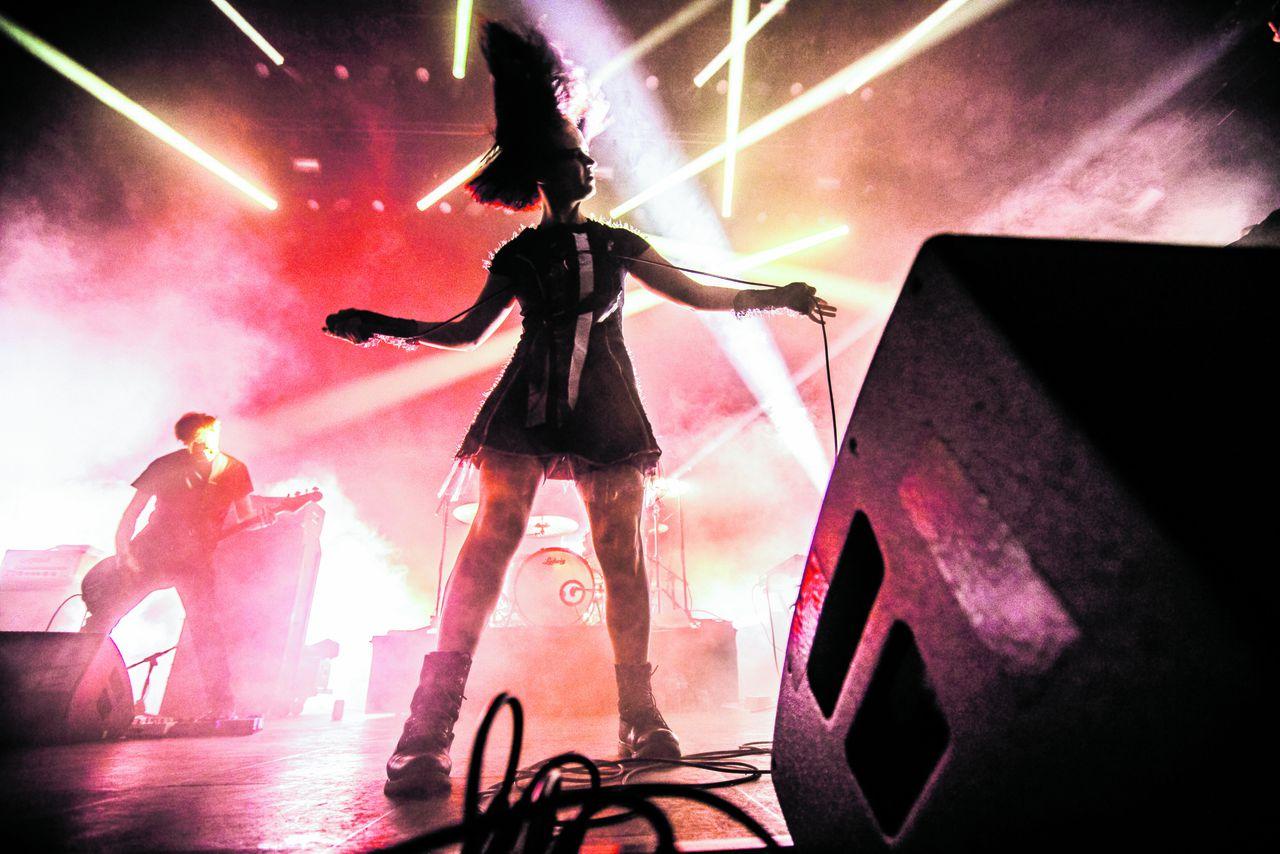 Julie Christmas trad samen op met Cult of Luna.