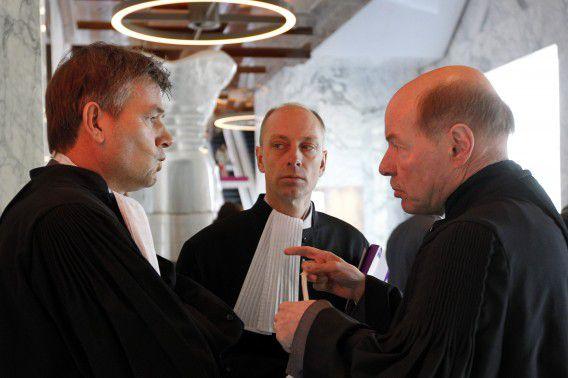 V.l.n.r. Tjalling van der Goot, advocaat van Robert M., Erik van Kregten, advocaat van Richard van O. en Wim Anker, advocaat van Robert M. voor aanvang van de bekendmaking van de strafeis in het hoger beroep van de Amsterdamse zedenzaak.