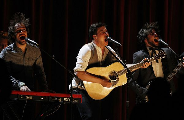 """Mumford and Son perform """"The Cave"""" at the 53rd annual Grammy Awards in Los Angeles, California February 13, 2011. (GRAMMYS-SHOW) REUTERS/Lucy Nicholson (UNITED STATES - Tags: ENTERTAINMENT)"""