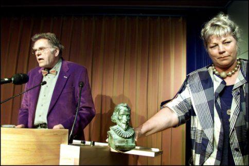 Schrijver Gerrit Krol (L) op archiefbeeld uit 2001. Rechts zijn echtgenote.