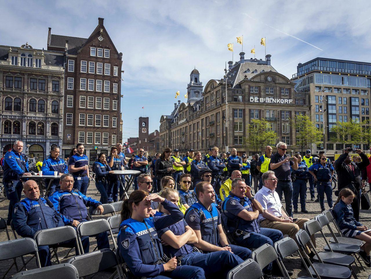 Een demonstratie van de boa's op de Amsterdamse Dam.