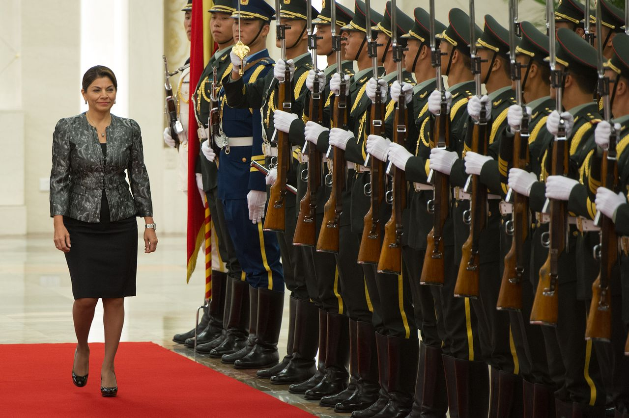 Costa Rica's President Laura Chinchilla reviews an honour guard during a welcoming ceremony at the Great Hall of the People in Beijing on August 16, 2012. Chinchilla is on her first state visit to China to boost bilateral ties. AFP PHOTO / Ed Jones
