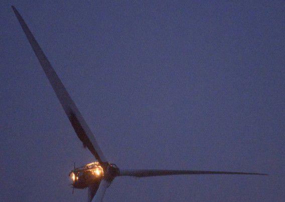 Brand in de nok van een windturbine aan de Mariadijk in het Zuid-Hollandse Ooltgensplaat.