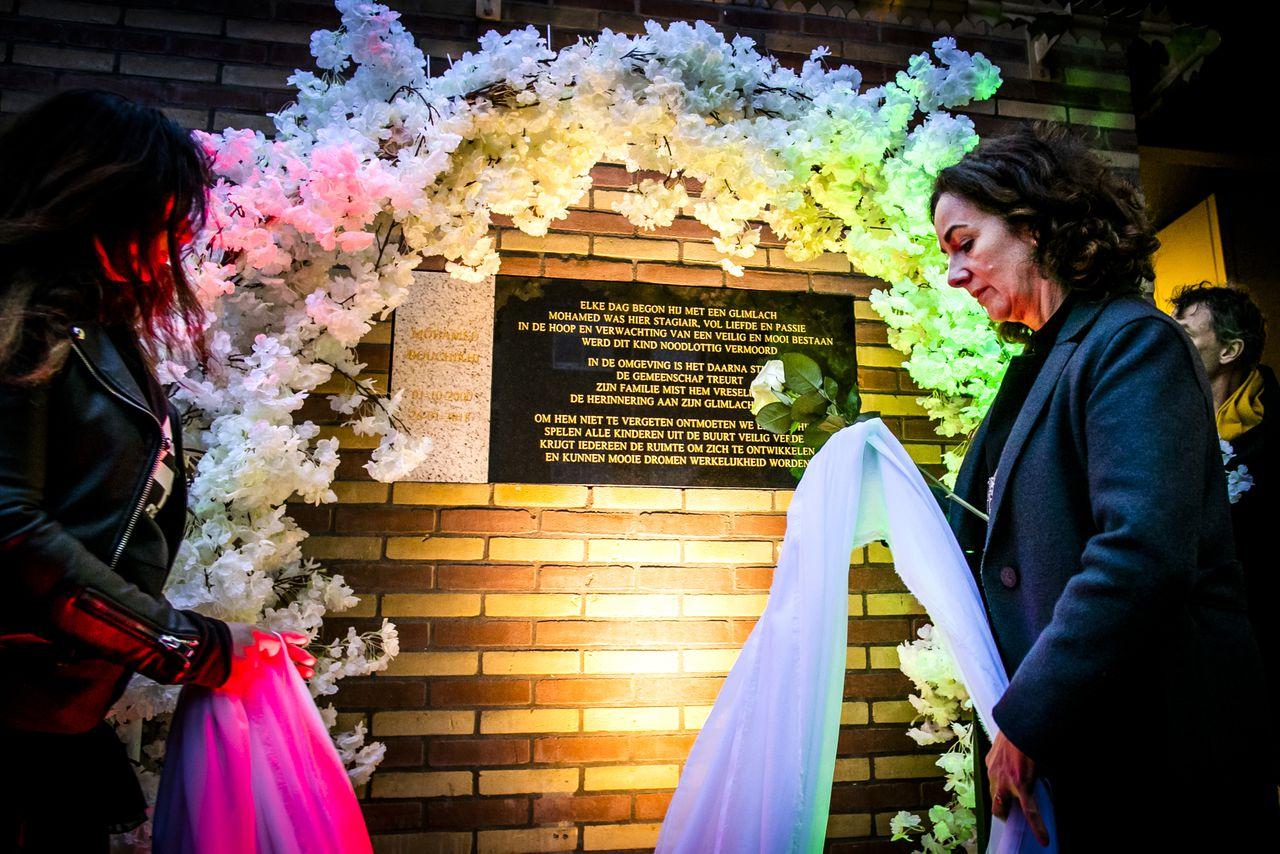 Burgemeester Femke Halsema onthulde een jaar na de moord een gedenksteen ter nagedachtenis aan Mohamed Bouchiki, in de gevel van het buurthuis op Wittenburg.