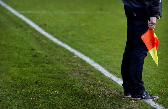 Een grensrechter langs de lijn bij een wedstrijd van voetbalclub Nieuw Sloten in januari, de eerste na de dood van Richard Nieuwenhuizen.
