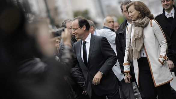 Name: DV1161311.jpg Caption: France's socialist president of the Correze department general council and Socialist Party (PS) candidate for the 2012 French Presidential election Francois Hollande (C) shakes hands with supporters as he arrives flanked by her companion Valerie Trierweiler at his polling station for the second round of the election on May 6, 2012 in Tulle, southwestern France. AFP PHOTO / JEFF PACHOUD
