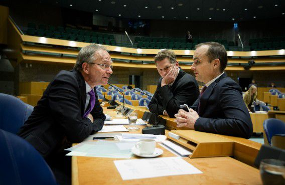 Minister Kamp (VVD, Economische Zaken) met Kamerlid Andre Bosman (VVD) en Jan Vos (PvdA).