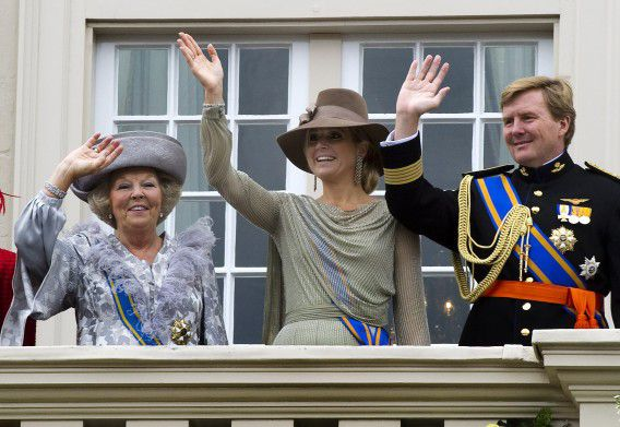 Queen Beatrix of the Netherlands, Princess Maxima and Crown Prince Willem Alexander (L-R) wave to well-wishers at Palace Noordeinde after the Presentation of the 2012 Dutch Budget Memorandum and the opening of the Dutch Parliamentary Year in the Hague September 20, 2011. REUTERS/Toussaint Kluiters/United Photos (NETHERLANDS - Tags: ROYALS POLITICS)