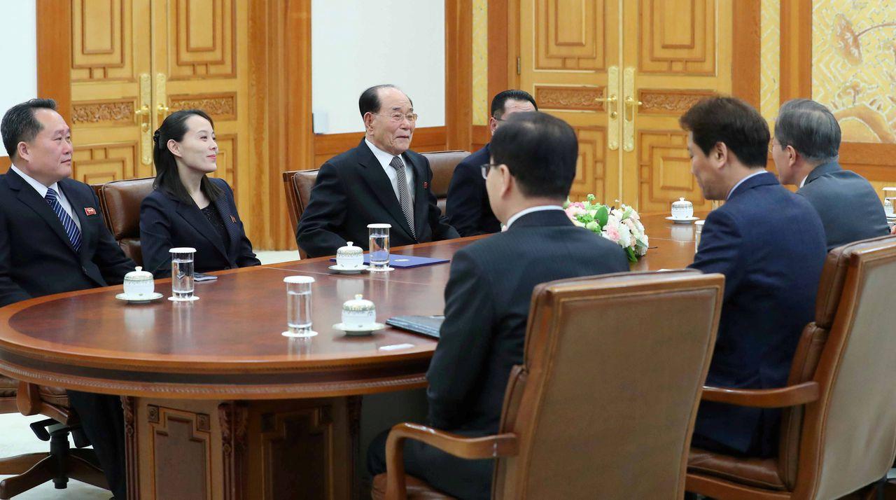 De ontmoeting tussen de Noord-Koreaanse delegatie en de Zuid-Koreaanse president Moon Jae-in. Links op de foto Kim Yo-jong, zuster van de Noord-Koreaanse leider Kim Jong-un. Rechts naast haar zit Kim Young-nam, de hoogste politieke vertegenwoordiger in de delegatie.