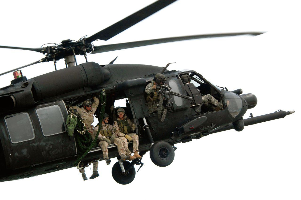 Navy SEALs in een Blackhawk-helikopter. Foto Rex Features