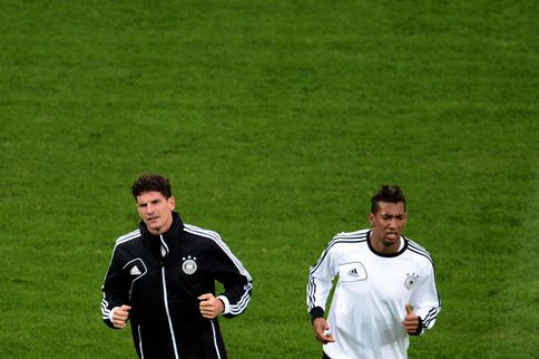 Gomez (links) en Boateng op de training van de Duitsers. Foto AFP / Aris Messinis