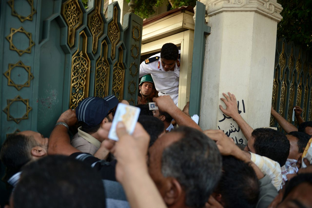 TOPSHOTS Egyptian guards try to close the gate of presidential palace to the people willing to give their demands personally to President Mohamed Morsi in Cairo on July 8, 2012. AFP PHOTO/KHALED DESOUKI. AFP PHOTO/KHALED DESOUKI