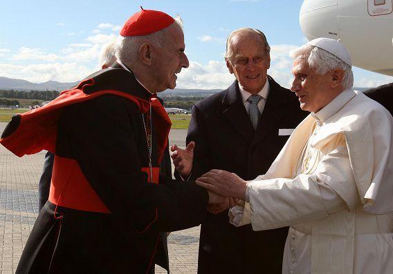 Paus Benedictus XVI wordt gegroet door de Britse kardinaal Keith O'Brien, die zich heeft teruggetrokken vanwege beschuldigingen van misbruik.