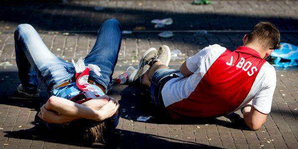 Ajax-supporters zien de kampioenschaal aan hun neus voorbij gaan na de ontknoping van de eredivisie.