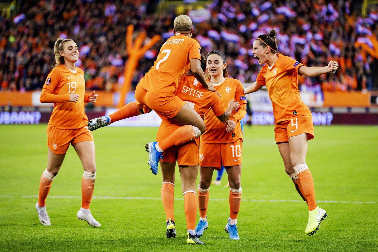 Sherida Spitse van het Nederlandse vrouwenelftal juicht na de 2-1 tegen Slovenië.