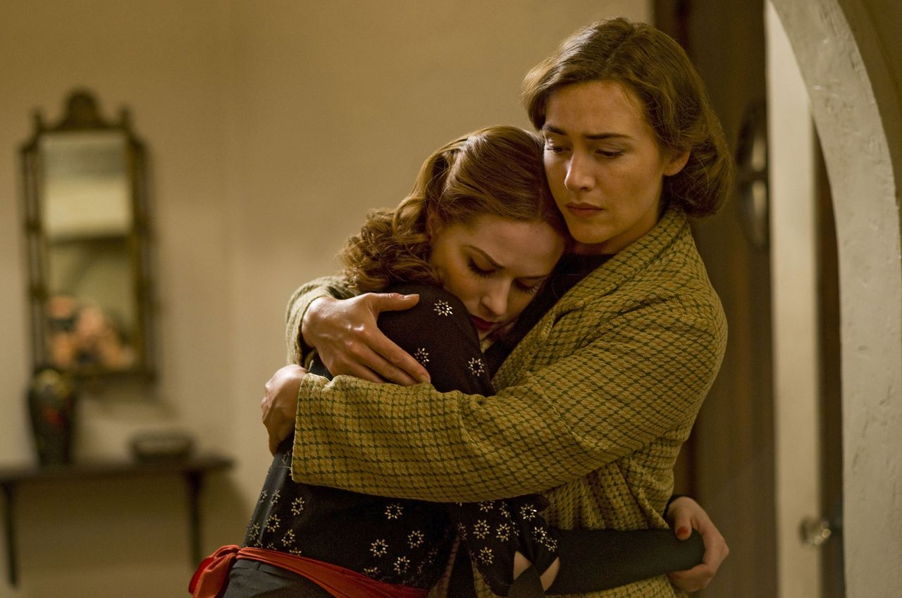 """Kate Winslet in de miniserie 'Mildred Pierce' Foto HBO Actresses Evan Rachel Wood, left, and Kate Winslet perform in a scene from """"Mildred Pierce"""" on July 8, 2010. """"Mildred Pierce"""" airs Sunday on HBO at 9 p.m. New York time. Photographer: Andrew Schwartz/HBO via Bloomberg EDITOR'S NOTE: NO SALES. EDITORIAL USE ONLY."""