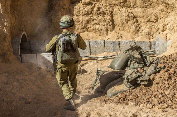 Een Israëlische legerofficier bij de ingang van een tunnel die door Hamas gebruikt werd tijdens de Gaza-oorlog.