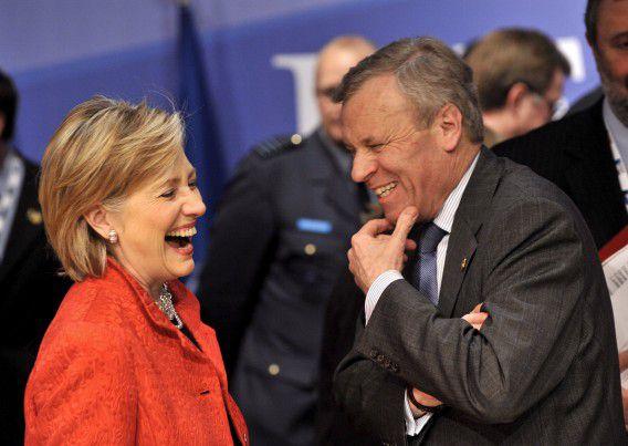 De Hoop Scheffer, in zijn tijd als secretaris-generaal van de NAVO, heeft in 2009 een onderonsje met Hillary Clinton, destijds minister van Buitenlandse Zaken.
