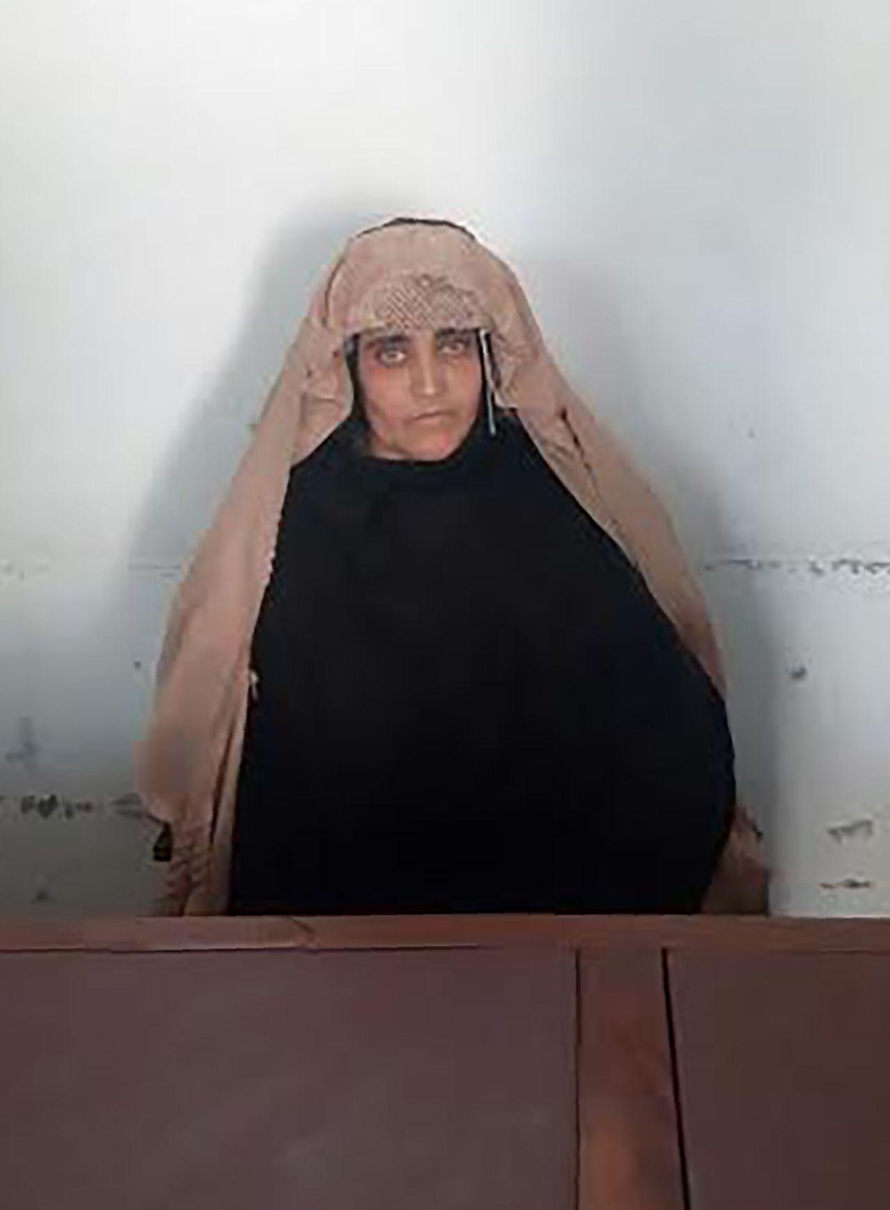 Sharbat Gula, wachtend op haar rechtszaak. De foto woensdag vrijgegeven door de Afghaanse autoriteiten.