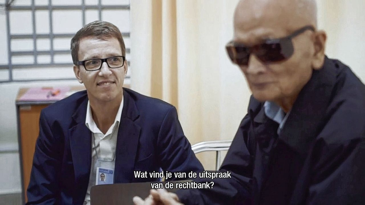 Advocaat Victor Koppe met Nuon Chea in 'Defending Brother No. 2' (VPRO)