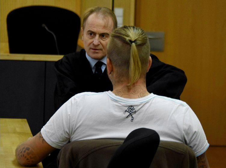 Marcel Zech (op de rug gezien) met zijn advocaat in de rechtbank vandaag.
