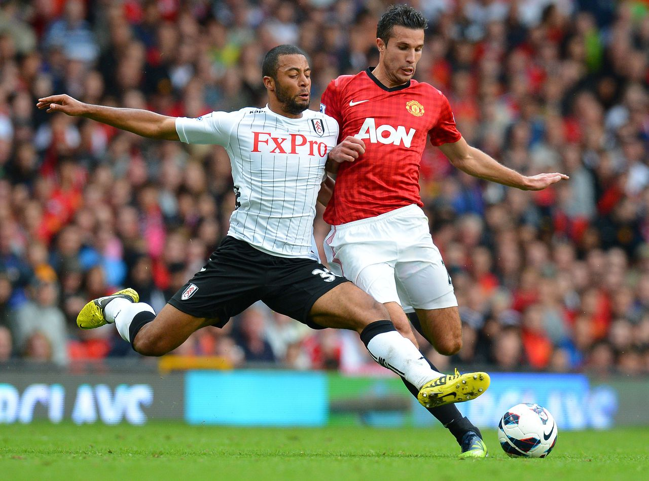 """Fulham's Belgian striker Moussa Dembele (L) vies with Manchester United's Dutch striker Robin van Persie (R) during the English Premier League football match between Manchester United and Fulham at Old Trafford in Manchester, north-west England on August 25, 2012. AFP PHOTO/ANDREW YATES RESTRICTED TO EDITORIAL USE. No use with unauthorized audio, video, data, fixture lists, club/league logos or """"live"""" services. Online in-match use limited to 45 images, no video emulation. No use in betting, games or single club/league/player publications"""