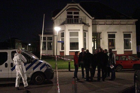 De politie verricht onderzoek bij het huis waar de vriendin van S. dood is aangetroffen.
