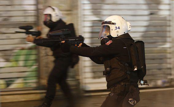 De Turkse oproerpolitie probeert demonstranten met rubberkogels uit elkaar te drijven.
