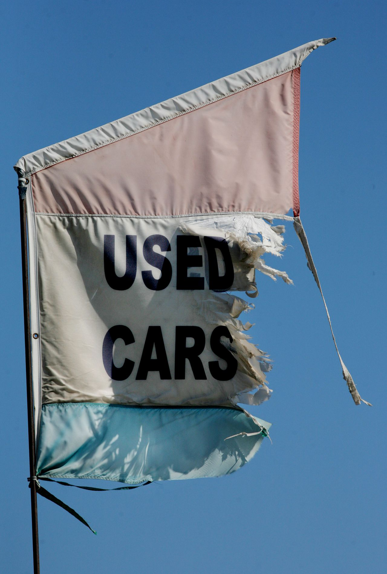 Leaseplan doet meer dan alleen auto's leasen. Foto Sandy Huffaker/Bloomberg News A worn Used Car flag flies at a car dealership in National City California, U.S., on Thursday, Sept. 4, 2008. U.S. prices for used large pickup trucks and sport-utility vehicles tumbled again in July, adding to pressure on automakers and other lease providers, according to Manheim Consulting. Photographer: Sandy Huffaker/Bloomberg News
