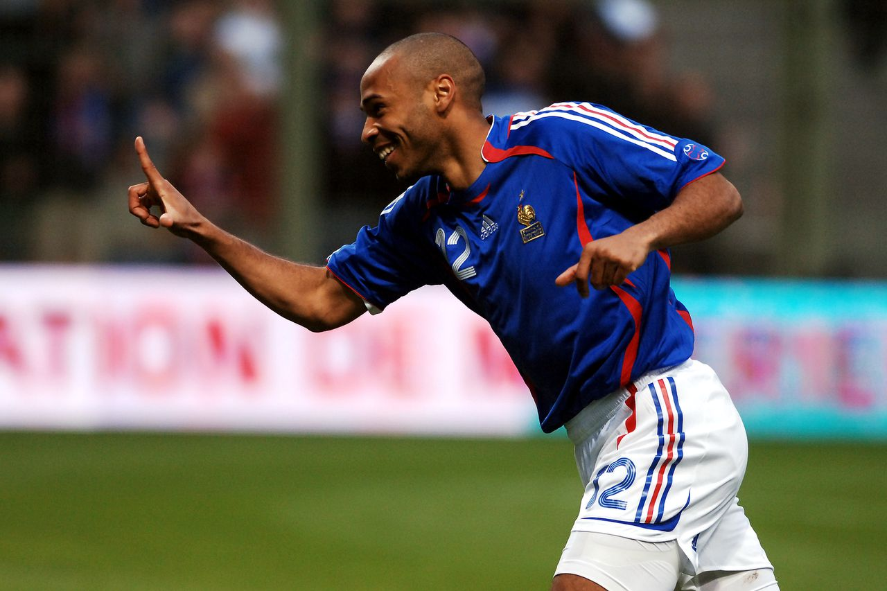 Thierry Henry tijdens een oefenwedstrijd vorige week. Henry geldt op dit moment als een van de beste én mooist voetballende spitsen ter wereld. Foto AP France's Thierry Henry celebrates after scoring during their friendly match against Denmark at the Bollaert Stadium in Lens, northern France, Wednesday May, 31, 2006. France will play against Switzerland, Korea and Togo in Group G during the upcoming soccer World Cup in Germany. (AP Photo/Geert Vanden Wijngaert)