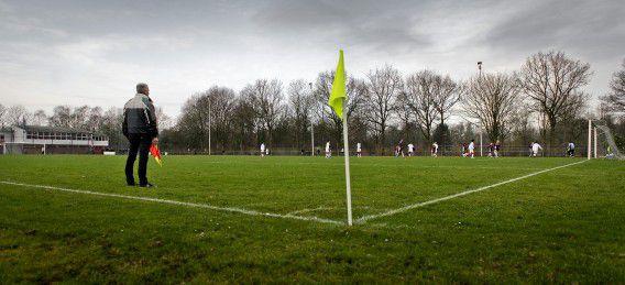 Een grensrechter langs de lijn bij een wedstrijd van voetbalclub Nieuw Sloten.